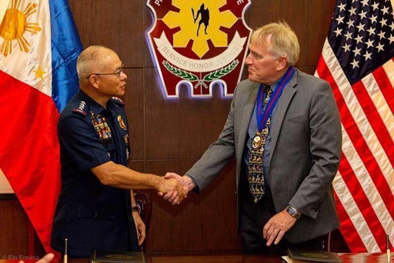 MANILA. PNP Chief Oscar Albayalde and US Embassy in Manila Deputy Chief of Mission John Law shake hands after signing a memorandum of agreement on August 15 for the construction of the Regional Counter-Terrorism Training Center at the PNP Academy in Silang, Cavite (Contributed by PNP-PIO)