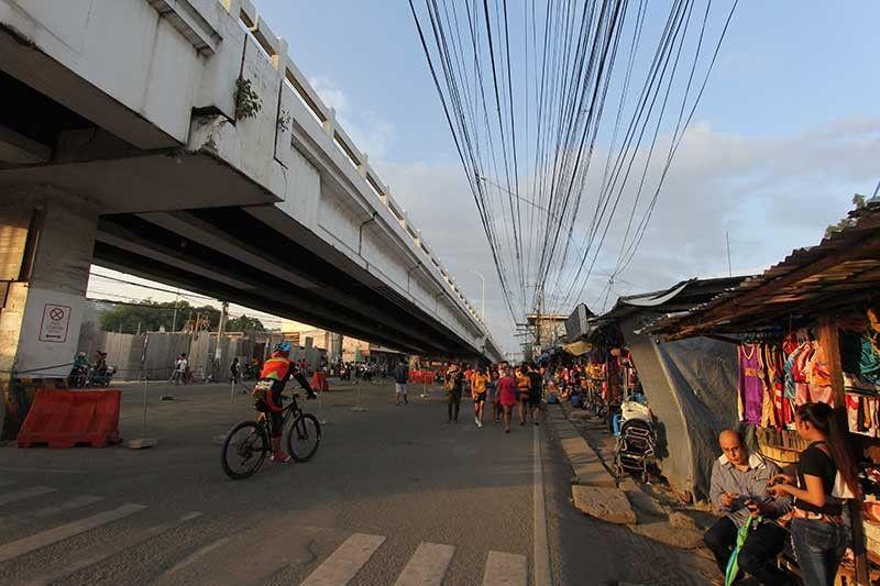 NAHAWAN: Human mahawan kining palibot sa Tabunok public market, ang mga sidewalk na usab ang limpyuhan sa Siyudad karong adlawa human sa duha ka adlaw nga information drive. (Amper Campaña)