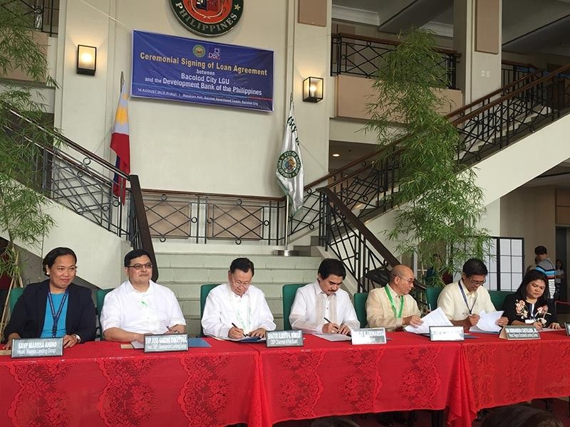 Bacolod City Mayor Evelio Leonardia with Vice Mayor El Cid Familiaran and Development Bank of the Philippines (DBP) officials led by its chair former Senator Laberto Romulo held the ceremonial signing of loan agreement at the Bacolod Government Center yesterday, August 16, 2019 for the implementation of P1.7-billion loan to fund the city's priority projects. (MAP)