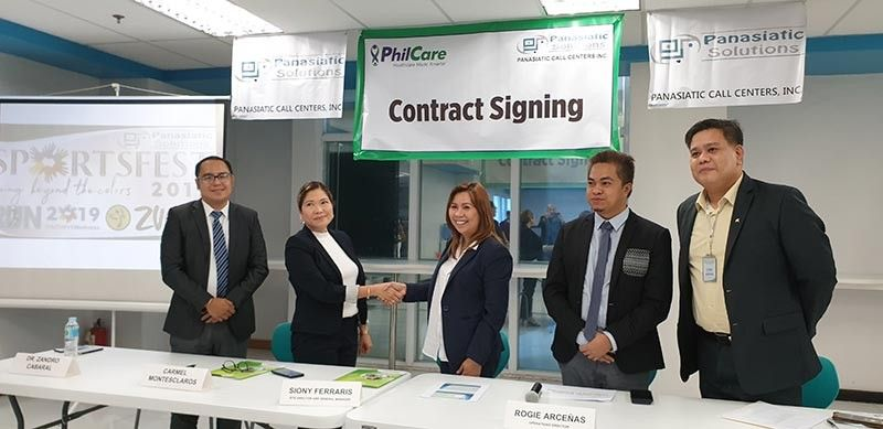 BACOLOD. Panasiatic Solutions Site Director and General Manager Siony Hijara-Ferraris (center) signs contract with PhilCare representative Carmel Montesclaros (2nd from left). Joining them are Dr. Zandro Cabaral, (1st), Rogie Arceñas, Panasiatic Operations Director and Lee Samson, Marketing head of South Bacolod General Hospital. (Photo by Carla N. Canet)