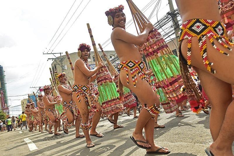DAVAO. Gibaliwala sa Sindac Anib Performing Ensemble sa Bislig, Surigao del Sur ang kainit sa adlaw samtang nipasundayag aron angkunon ang kadaugan sa Indak-Indak sa Kadayawan Open Category Sabado, Agosto 17, ug gibulsa ang P1 milyon nga ganting salapi. (Macky Lim)