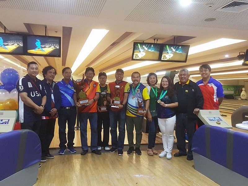 DAVAO. Winners of the 14th Datba Kadayawan NBT Open receive their prizes and trophies during the awarding rites graced by Philippine Sports Commission (PSC) Commissioner Charles Raymond A. Maxey, third from left, at SM Lanang Premier Bowling Center recently. (Ian Neil Ancheta)