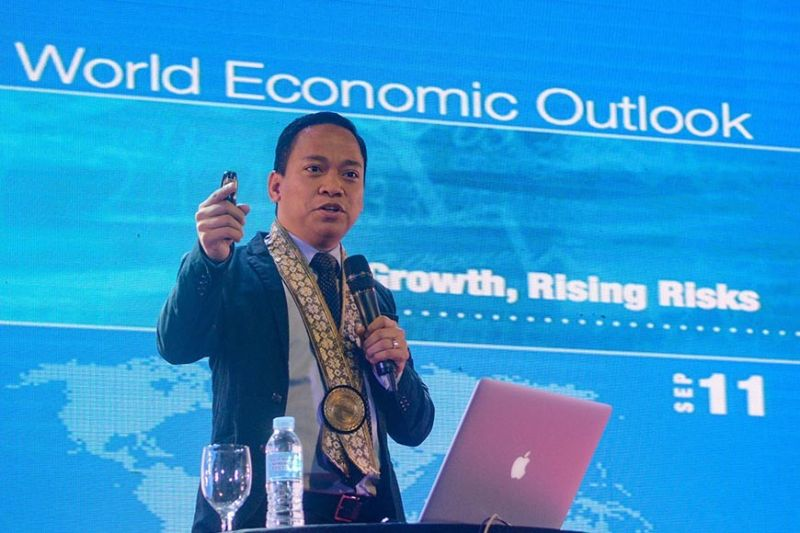 OPTIMISTIC. Economist Ronilo Balbieran expresses a bullish outlook on the Philippine economy, citing its young population as one of its advantages, during the Mandaue Business Summit 2019 hosted by the Mandaue Chamber of Commerce and Industry. (SunStar photo / Arni Aclao)