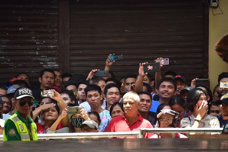NALINGAW. Okupado ang pipila ka Dabawenyo sa pag-record sa video pinaagi sa pag-isa sa ilang mga cellphone sa pagpangagi sa mga makalingaw nga entrante atol sa Indak-Indak sa Kadayawan niadtong Sabado didto sa San Pedro Square, Davao City. (Macky Lim)