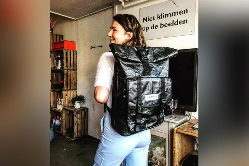 A foreign buyer wearing his backpack made from plastic materials. (Photo from Joe Green)