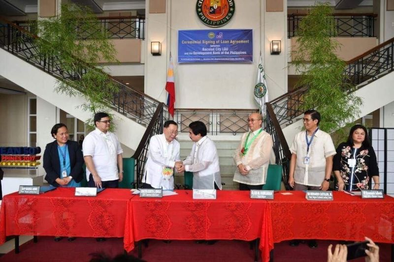 Bacolod Mayor Evelio Leonardia (4th from left) and DBP chair Alberto Romulo (3rd from left) lead the ceremonial signing of the P1-7-billion loan agreement between the City Government of Bacolod and the DBP at the Bacolod City Government Center lobby today [August 16]. Witnessing the signing are Vice Mayor El Cid Familiaran (5th from left), and DBP executives (from left), namely, SAVP Marissa Anino, head of Visayas Lending Group; EVP Jose Gabino Dimayuga, head of Development Lending Center; SM Bernardo Castillon Jr., head of Negros Occidental Lending Center; and VP Rosemarie Callanta, head of BBG-Western Visayas. (Courtesy of City PIO)