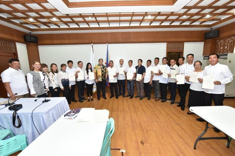 "PAMPANGA. Governor Dennis ""Delta"" Pineda administered the oath to the newly-elected officers of the Vice Mayor's League (VML) and Pampanga Councilors' League (PCL) at the Capitol Executive House on Monday, August 19. (Contributed Photo)"