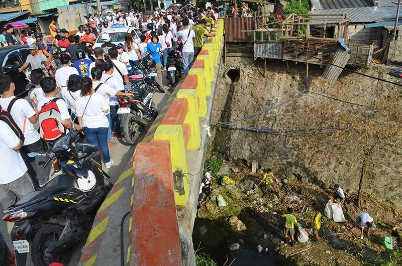TONS OF TRASH. Volunteers and Cebu City Hall employees gather on the Sandayong Bridge in Barangay Sapangdaku ahead of the start of the four-hour cleanup of the Guadalupe River organized by the Cebu City Government on Saturday, Aug. 17, 2019. The massive cleanup conducted all the way to the Topaz Bridge in Barangay Pasil netted 70 metric tons of garbage. (SunStar Photo/Alan Tangcawan)