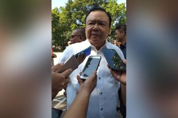 ILOILO. Iloilo City Mayor Jerry Treñas answers questions from the media in an ambush interview after the Iloilo City Hall's flag ceremony at the Plaza Libertad on Monday, August 19, 2019. (Carolyn Jane Abello)