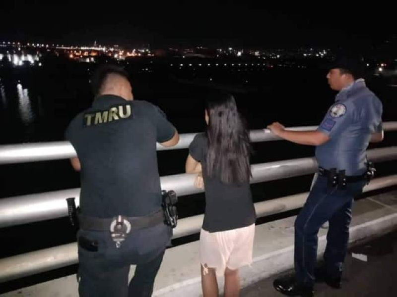SAVIORS. Two police officers persuade a 16-year-old girl not to jump off the Marcelo Fernan Bridge on Sunday night, Aug. 18, 2019. After suicide incidents at the two bridges that connect the cities of Mandaue and Lapu-Lapu, Cebu, Police Regional Office 7 Director Debold Sinas ordered his personnel to monitor the bridges and prevent suicidal persons from taking their own lives. (SunStar Photo/Arvie Veloso)