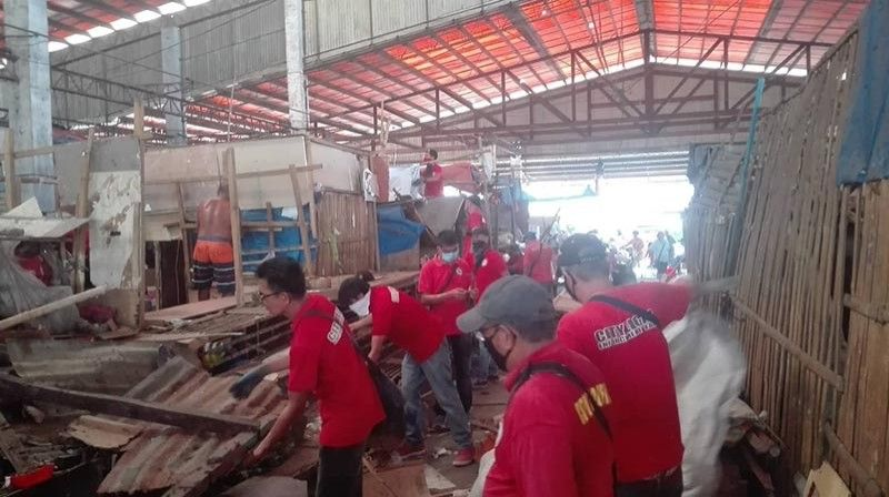 BACOLOD. Members of the Bacolod City Legal Office Enforcement Unit remove illegal structures from the Bacolod Vendor's Plaza in Barangay 12. (Ernie Pineda)