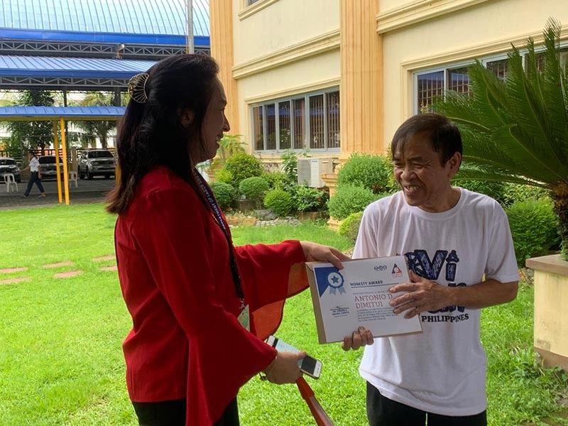 PAMPANGA. Dole-Central Luzon Director Zenaida Angara-Campita joins honest employees Jelyn Abella, Christian Jansen sarmiento and Antonio Dimitui. (Contributed photo)