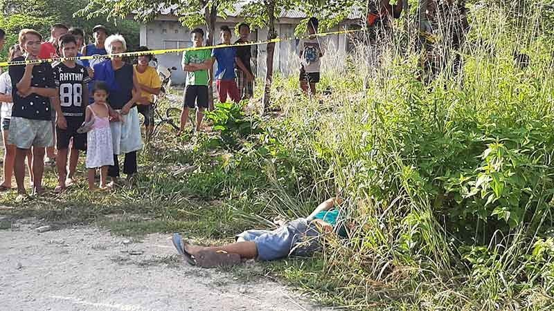 GI-PICK UP. Nagligdas nalang daplin sa dalan sa Purok Shooting Star, Barangay Babag dakbayan sa Lapu-Lapu ang biktima nga Nelson Rosani, 46, kagahapon, Agosto 20 sa sayo sa buntag. Asawa sa namatay mitug-an nga gi-pick up ang biktima sa mga armadong lalake diha sa ilang balay sa Barangay Catarman, lungsod sa Cordova nianang pagka-gabii diin natulog na unta niadtong tungora ang biktima. (Tampo)