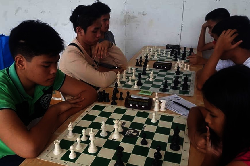 CAGAYAN DE ORO. Eventual Oro Fiesta junior chess champion David Rey Ancheta of Corpus Christi School (in green polo shirt) during early round skirmishes at the Green Lane 2nd floor of Limketkai Mall. (Lynde Salgados)