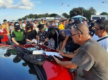 IMBENTARYO: Ang Philippine Drug Enforcement Agency (PDEA) Negros Oriental miimbentaryo sa mga ebidensyang nakuha gikan nila ni Tim Bernard Las Piñas. (Tampo sa PDEA Negros)