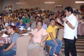 SAAD: Si Cebu City Mayor Edgardo Labella (tuo) misaad sa mga barangay kapitan sa Dakbayan sa Sugbo nga modugang siya og P5 million kon mamintinar nila ang kalimpyo sa ilang tagsa ka barangay. (Allan Cuizon)