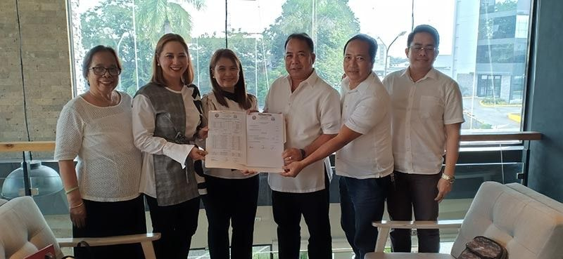 PAMPANGA. Former PCL president and now Board Member Fritzie David-Dizon turns over documents of the chapter to new PCL president Venancio Macapagal. Witnessing the event are DILG Provincial Director Myrvi Fabia, PCL secretary general Councilor Arthur Diaz, and PCL Treasurer Councilor Joel Samia. (Ian Ocampo Flora)