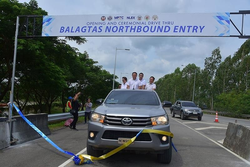 PAMPANGA. (From left) Guiguinto Mayor Ambrosio Cruz, Tina Pancho representing Bulacan 2nd District Representative Apol Pancho, DPWH Secretary Mark Villar, Bulacan Governor Daniel Fernando, NLEx Corp. president and GM Luigi Bautista, (not seen in photo) and Balagtas Mayor Eladio Gonzales Jr. during the drive through of the Balagtas northbound entry. (Contributed photo)