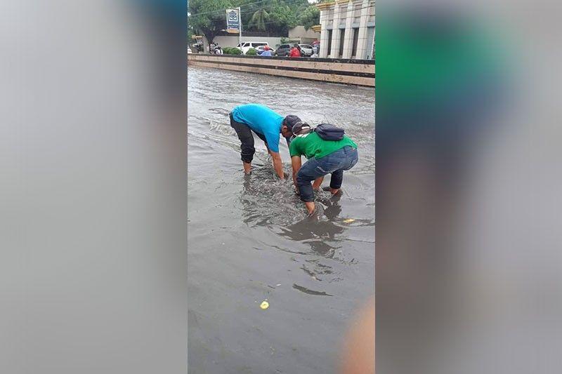 BUHO: Ang mga kawani sa Aksyon Agad team sa Talisay City niabli sa buho sa kanal aron maagian sa tubig. (Tampo sa Aksyon Agad)