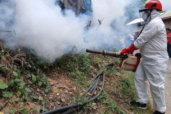 CAGAYAN DE ORO. Si Mayor Oscar Moreno nangulo sa gipahigayon nga fogging sa Barangay Carmen, syudad sa Cagayan de Oro niadtong Martes sa hapon, Agosto 20, 2019. (Oro Task Force Kontra Dengue)