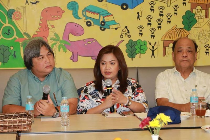 PAMPANGA. Lubao Mayor Esmeralda Pineda (center) talks about her programs of health, education and livelihood during Tuesday's (August 20) Pampanga Press Club News at Hues held at Park Inn Hotel, SM City Clark. Listening on are PPC president Deng Pangilinan (left) and past president Perry Pangan (right). (Chris Navarro)