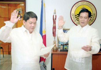CEBU. Former Cebu City mayor Tomas Osmeña (left) administers the oath of office of Vice Mayor Mike Rama. (SunStar File)