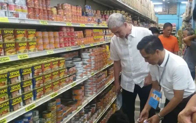BACOLOD. Provincial Task Force on African Swine Fever chair Governor Eugenio Jose Lacson (left) with co-chair Provincial Veterinarian Renante Decena conduct inspection at a supermarket inside 888 Chinatown Square in Bacolod City, August 22, 2019. (Erwin P. Nicavera)