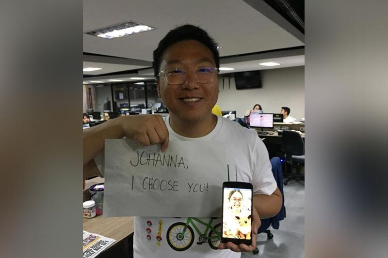 THE VERY BEST. Singaporean Brandon Tan, the top ranked Pokémon Go player in the world, dropped by SunStar Cebu (SSC) for an interview. In the photo, he holds up a fan sign for reporter Johanna O. Bajenting, a Pokémon Go player herself.