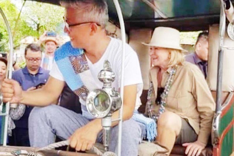 PAMPANGA. American lifestyle and media mogul Martha Stewart enjoys a calesa ride with artist Andy Alviz during her visit to Pampanga. (Contributed photo)