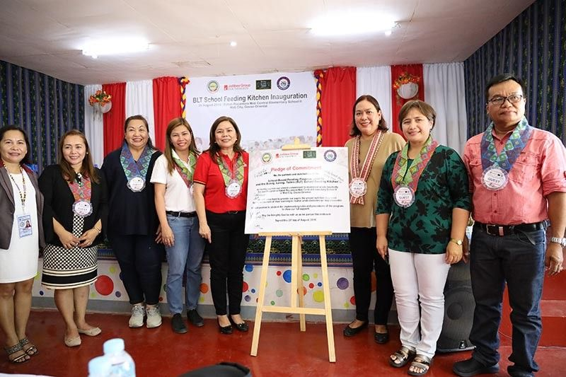 DAVAO. Nagpahulagway ang mga kadagkuan sa kompanya sa usa ka fast food chain, Department of Education (DepEd) ug si Mati City Mayor Michelle Rabat sa Pledge of Commitment atol sa BLT School Feeding Kitchen Inauguration didto sa Rabat-Rocamora Mati Central Elementary School, Agosto 20, 2019.  (Hulagway gikan sa Mati City Information Office)
