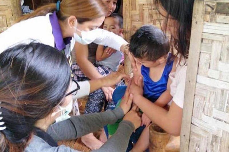DAVAO. Makita ang mga personahe sa City Health Office sa Mati City nga mipahigayon og immunization sa Barangay Don Salvador Lopez, Mati City, Biyernes, Agusto 23. (Hulagway gikan sa Mati City Information Office)