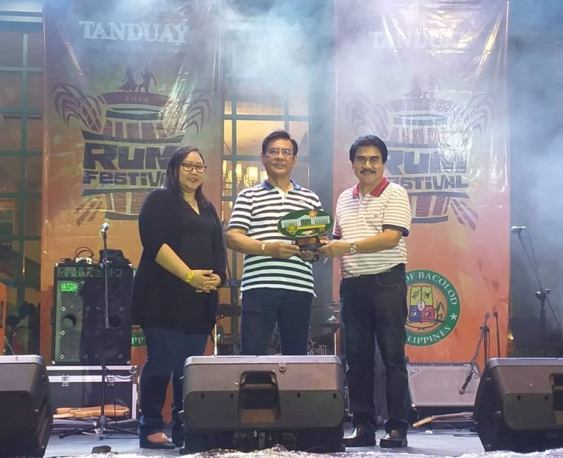BACOLOD. Mayor Evelio Leonardia (right) with Tanduay Distillers Inc. chief finance officer Nestor Mendones (center) and Eggshell Worldwide Inc. managing director Charmaine Pahate during the closing of the first-ever Tanduay Rum Festival at the New Government Center in Bacolod City Saturday, August 24, 2019. (Photo by Erwin Nicavera)