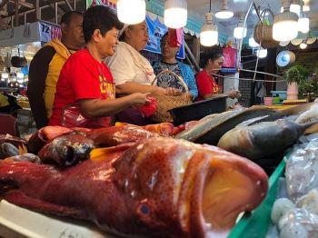 DAVAO. Mapahiyumon ang duha ka tindera sa fish section sa Agdao Public Market sa Davao City maong gidugok sila sa ilang mga suki. Gawas sa ilang pagkamaayo mo-abi abi sa ilang mga kustomer, lab-as kaayo ang ilang Lapu-Lapu nga isda ug white pusit sa barato nga presyo. (Jeepy P. Compio)