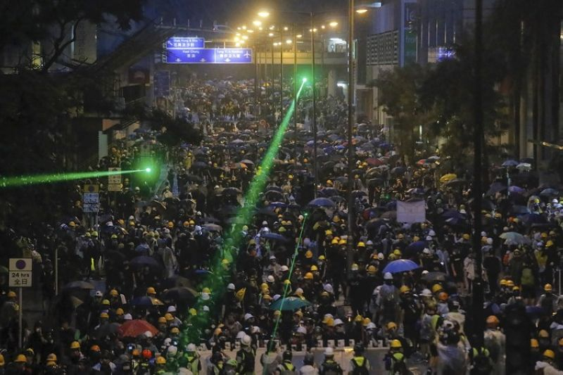 HONG KONG. Demonstrators, some using laser pointers toward police lines during a protest in Hong Kong, Sunday, August 25, 2019. Hong Kong police have rolled out water cannon trucks for the first time in this summer's pro-democracy protests. The two trucks moved forward with riot officers Sunday evening as they pushed protesters back along a street in the outlying Tsuen Wan district. (AP)