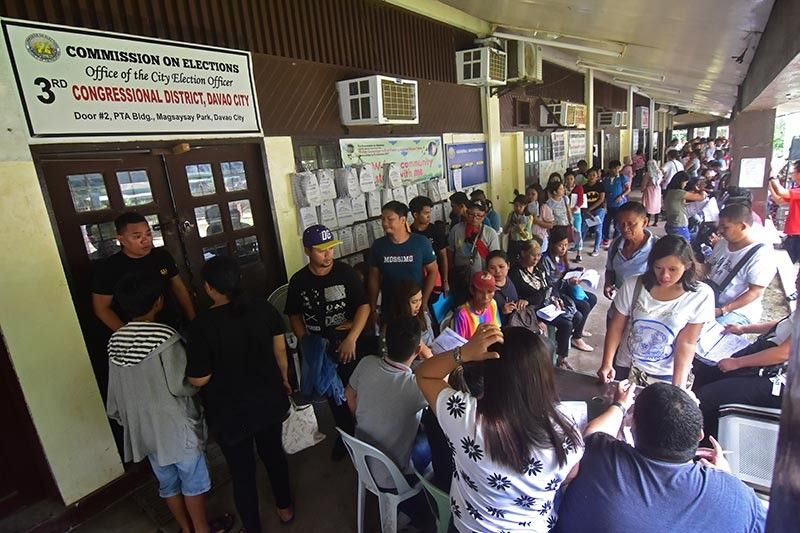 DAVAO. Hundreds of Dabawenyos from the three congressional districts troop to the Commission on Elections office at Magsaysay Park in Davao City during yesterday's first day of the voter's registration. (Photo by Macky Lim)