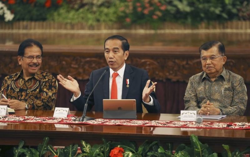INDONESIA. Indonesia President Joko Widodo, center, speaks as his deputy Jusuf Kalla (right) and Minister of Agrarian and Spatial Planning Sofyan Djalil (left) looks on during a press conference at the palace in Jakarta, Indonesia, Monday, August 26, 2019. Indonesia's president has announced to relocate the country's capital from overcrowded, sinking and polluted Jakarta to East Kalimantan province. (AP)