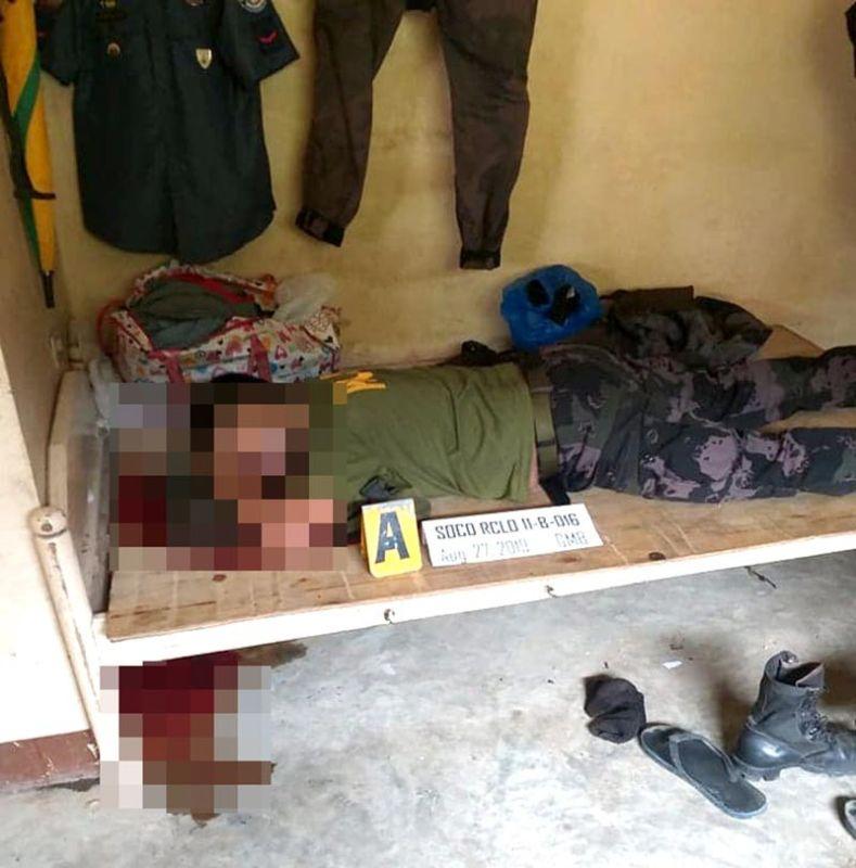 DAVAO. Si Patrolman Pat Nonie Lad Badbadon patay na nga nagbuy-od alas 6:30 kagahapon sa buntag sud sa iyang kwarter. (PRO-Davao photo)