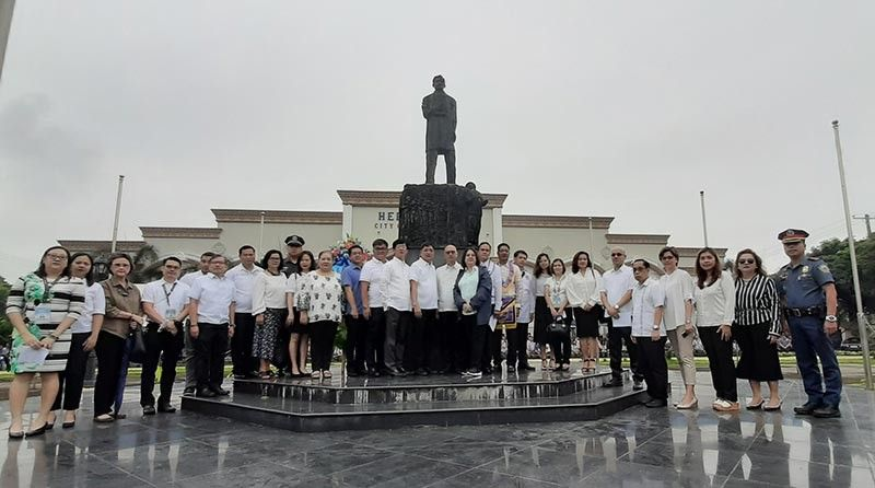 PAMPANGA. City of San Fernando Mayor Edwin Santiago, Vice Mayor Jimmy Lazatin, Councilors Reden Halili, Tina Lagman and Ariel Carreon, the family of Lilian Borromeo and Ernesto Lising, and city department heads led the wreath-laying ceremony at the monument of Jose Rizal during the commemoration of National Heroes Day on Tuesday, August 27, 2019, at Heroes Park. (Photo by Princess Clea Arcellaz)