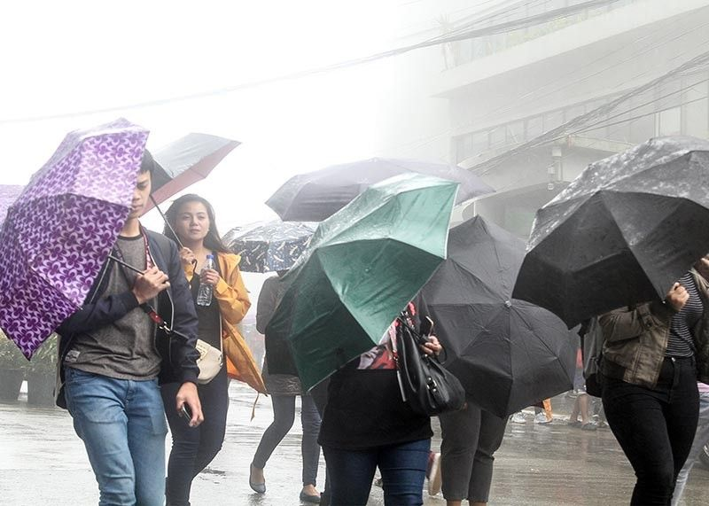 BAGUIO. Baguio folk endure the cold and foggy weather brought about by Tropical Storm Jenny. (Jean Nicole Cortes)