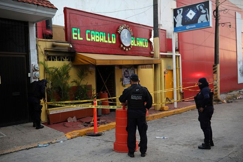 MEXICO. Police officers guard the scene outside a bar where more than 20 people died in an overnight attack, in Coatzacoalcos, Mexico, early Wednesday, August 28, 2019. (AP)