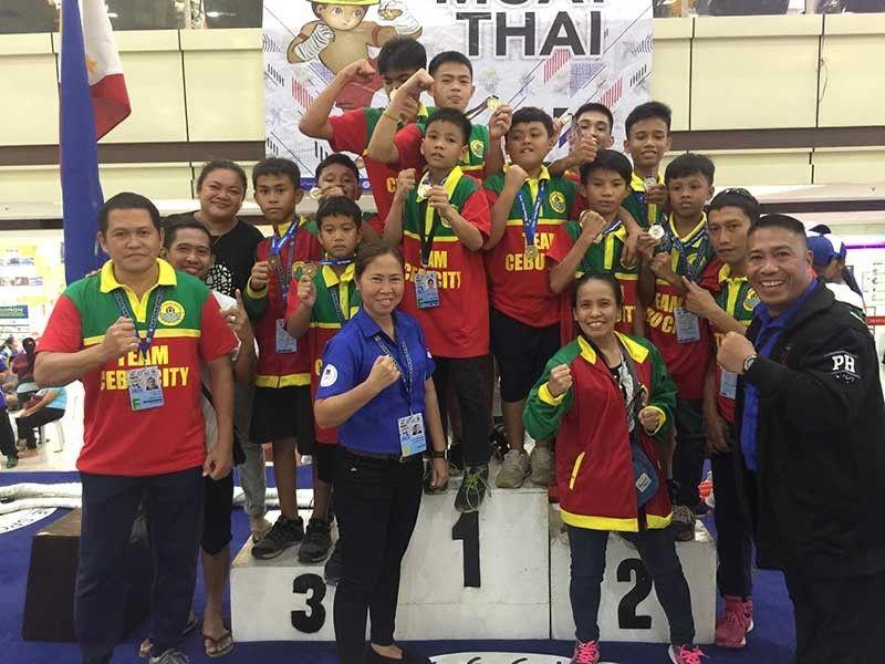 BATANG PINOY: Malipayong nagpahulagway ang kinatibuk-ang puwersa sa Cebu City Muay Thai team nga nakahakot og 11 ka mga medalya sa bag-uhay lang nahuman nga Batang Pinoy competition sa Palawan. (Tampo)