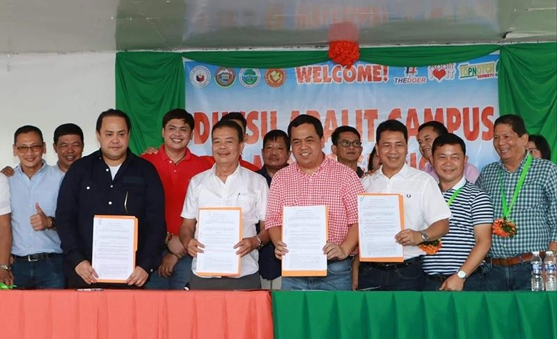 PAMPANGA. Governor Dennis Pineda, DHVSU president Dr. Enrique Baking, Mayor Oscar Tetangco Jr. and Vice Mayor Peter Nucom signed Thursday, August 29, a MOA for the DHVSU Apalit campus. Joining them were Arayat Mayor Bon Alejandrino, Board Member Renato Mutuc, Board Member Pol Balingit and councilors. (Chris Navarro)