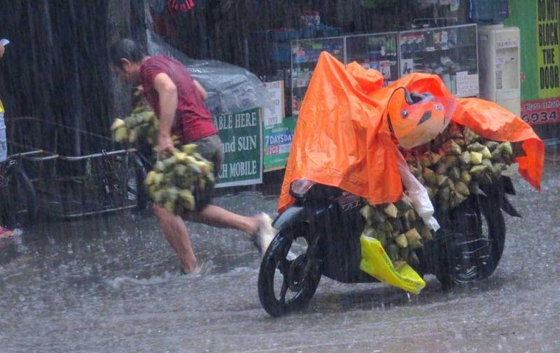 PUSO: Luoy tawon ang nag-deliver og puso dihang naatlan sa bundak sa uwan kagahapon, Dominggo, Septiyembre 1, sa hapon. (Allan Cuizon)