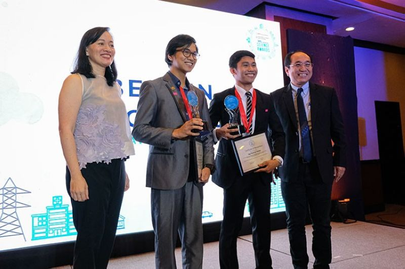MANILA. Jay Patrick Nieles of the University of Santo Tomas (3rd from left) bagged the Project of the Year award and one of two Best in Innovation awards in the 30th BPI-DoST Science Awards. (From left) Bank of the Philippine Islands (BPI) Foundation Executive Director Maricris San Diego, Best in Innovation awardees Christian Badua of the University of the Philippines Manila and Jay Patrick Nieles, and DOST-Science Education Institute Deputy Director Albert Mariño. (Contributed photo)