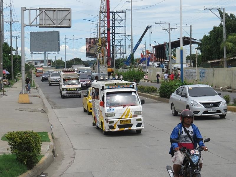 CEBU. Motorists travel along United Nations Ave. in Mandaue City where the underpass would be constructed. The project along with road widening have been delayed as the Department of Public Works and Highways wants to terminate the contract it awarded to a contractor, which reportedly falsified its track record. (Allan Cuizon)