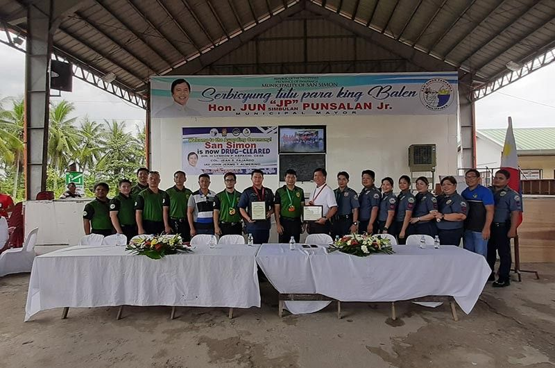 "PAMPANGA. Philippine Drug Enforcement Agency (PDEA)-Central Luzon director Lyndon Aspicio (C) led the declaration of San Simon town as drug-cleared. Joining them were Mayor Abundio ""JP"" Punsalan, Jr., outgoing police chief Major Elias Tait, 14 village chairmen and members of PDEA and PNP. (Princess Clea Arcellaz)"