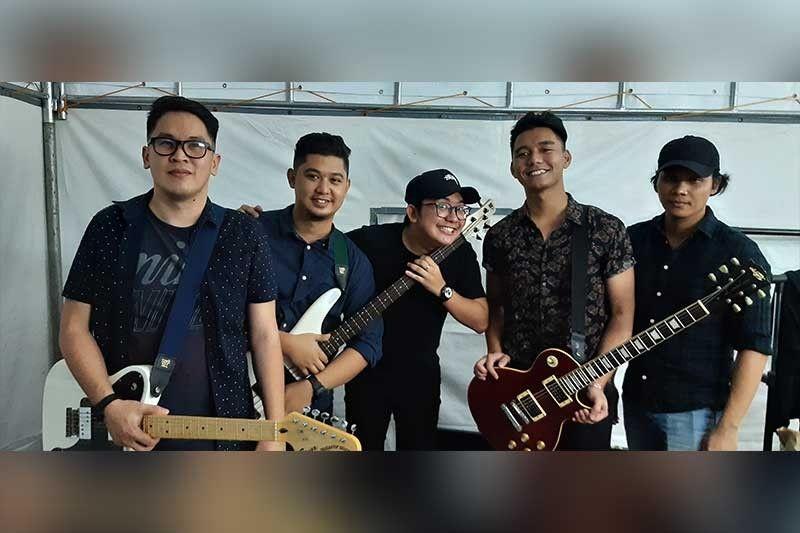 John Roa (tunga) ug ang iyang banda sa Manila. (AC Martin)