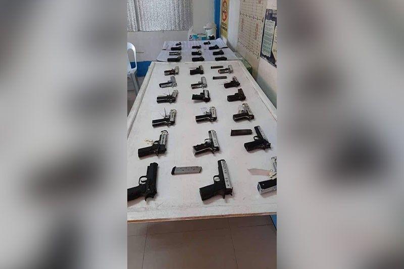 GITAHAN. Mao kini ang 29 ka mga armas nga bag-o lang gitahan ngadto sa Dumanjug police. (Tampo sa Dumanjug Police)