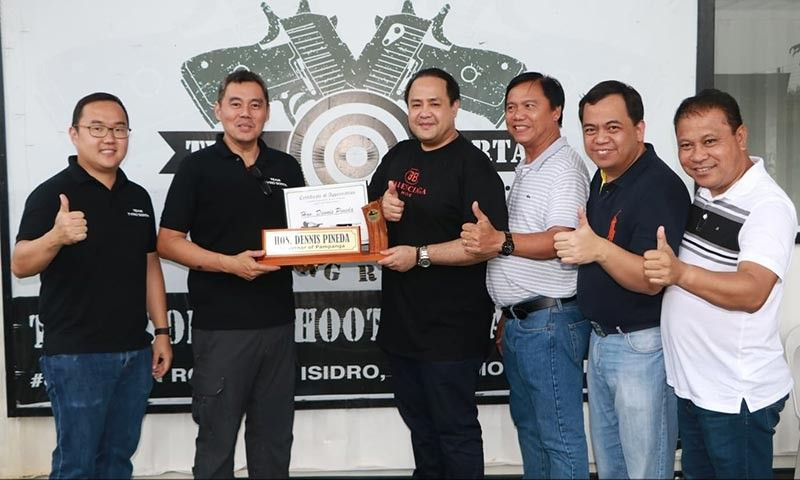 "PAMPANGA. Governor Dennis ""Delta"" G. Pineda receives a certificate of appreciation from Tyro Sorta Shooting Ranges general manager William Tjondronegoro (left) and Range director Don Macapagal-Salagado (2nd from left) during the fun shoot at Tyro Sorta Shooting Range, San Simon town Saturday, August 31, 2019. Joining them are Mayors Jun Punsalan (San Simon), Oscar Tetangco, Jr. (Apalit) and Rene Maglanque (Candaba). (Photo by Chris Navarro)"