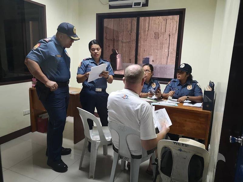 DAVAO. Ang Norwegian national dihang giinterogar sa mga sakop sa Women and Children Protection Desk (WCPD) sa Davao City Police Office (DCPO). (Macky Lim)